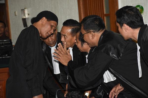 Hercules Rosario Marshal (kiri) berdiskusi dengan tim kuasa hukum yang diketuai oleh Anshori Thoyib (kanan) dari kantor pengacara EQUAL & CO